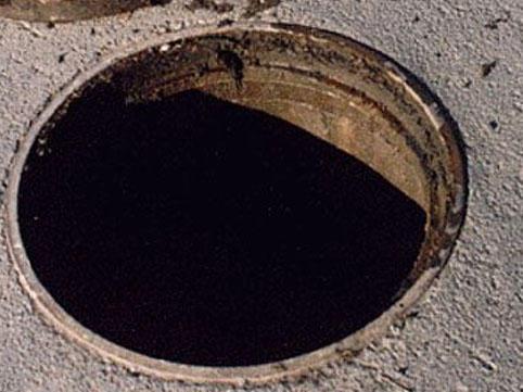 Bakıda azyaşlı kanalizasiya quyusuna düşüb öldü