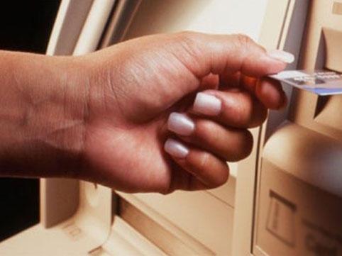 Bakıda bankomatdan pul çıxaran qadın qarət edildi